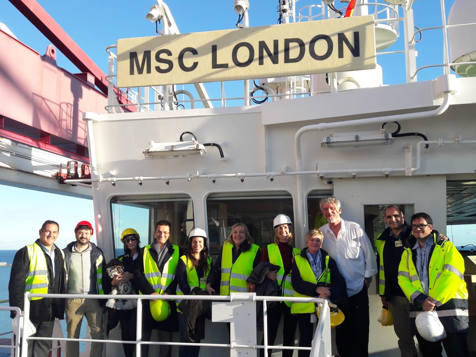 "Integrantes de la plantilla de E2E Logistics junto a algunos de sus clientes durante la visita al ""MSC London""."
